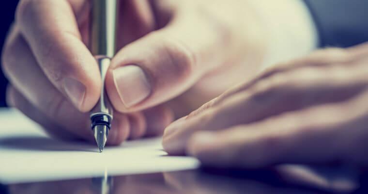 Homem a escrever uma carta de despedimento