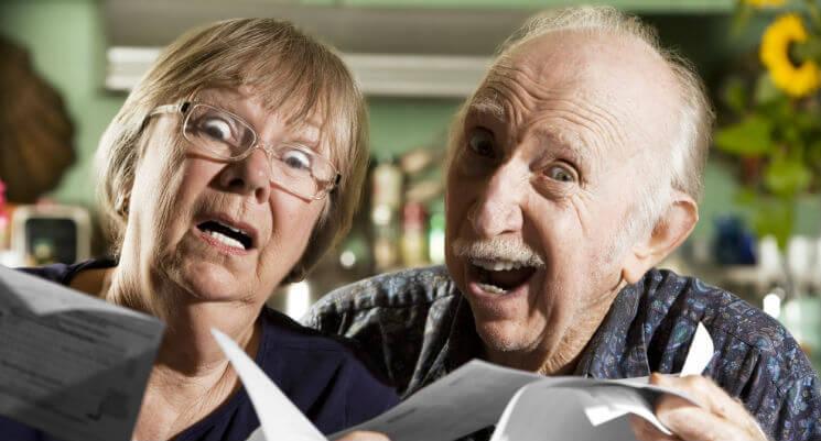Casal idoso aflito com as dívidas