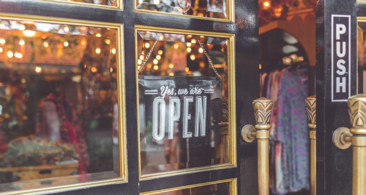 A porta da loja está aberta