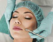 mulher numa consulta de cirurgia plástica