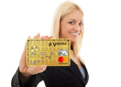 Mulher segurando um cartão Veritas Mastercard