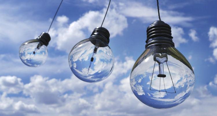 Três lâmpadas penduradas